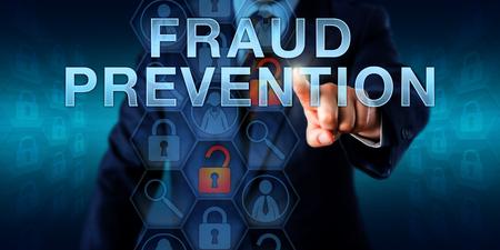 médico forense está empujando PREVENCIÓN DEL FRAUDE en una pantalla virtual. Servicios de negocios metáfora y el concepto de aplicación de la ley de medidas para contrarrestar el fraude por Internet, robo de identidad y los delitos informáticos.