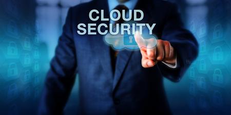 administrador de empresas: administrador de la red está empujando seguridad desde la nube en una interfaz de pantalla táctil. metáfora de negocios y tecnología de computación en nube concepto para el almacenamiento seguro de información a través de los centros de datos remotos. Foto de archivo