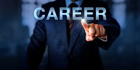 pesebre: pesebre recursos humanos está tocando CARRERA en una pantalla. Concepto de negocio de la educación formal, el cambio de ocupación, el progreso general en la obra de la vida de una persona, la elección de carrera, desarrollo y gestión.