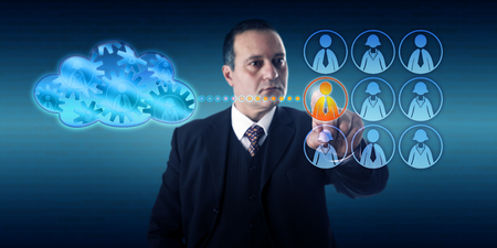 ecosistema: Hombre de negocios que la selección de un trabajador por el tacto para mover un proceso de trabajo en la nube. Concepto de tecnología de la información para la implementación de nube híbrida y la infraestructura de transición en un ecosistema virtual.