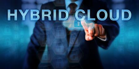 Bedrijfskliënt drukt HYBRID CLOUD op een touchscreen interface. Business-metafoor en informatietechnologieconcept voor IT-ondernemingsonderneming, gedeeltelijk in de cloud en deels op voorwaarde.