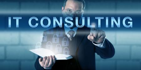 남성 프로젝트 관리자가 시각적 인 터치 스크린 인터페이스에서 IT 컨설팅을 누르고 있습니다. 기술 전문 지식 및 기술을 제공하는 자문 서비스에 대한