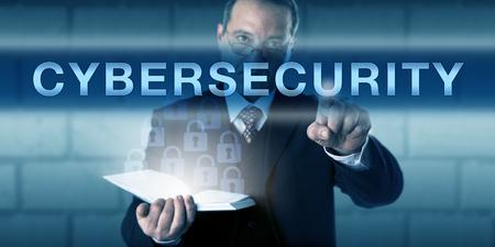 시각적 화면에 사이버 보안을 터치 최고 정보 보안 책임자. 네트워크 보안 및 정보 시스템의 보호를위한 비즈니스 프로세스 은유와 정보 기술 개념입 스톡 콘텐츠