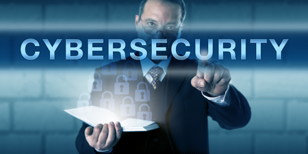 Chief Information Security Officer aanraken van cyberbeveiliging op een visuele scherm. Business process metafoor en informatietechnologie concept voor de veiligheid van het netwerk en de bescherming van informatiesystemen.