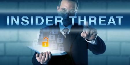 Witte kraag werknemer drukken INSIDER BEDREIGING op een virtuele touch screen interface. Zakelijke uitdaging metafoor en informatietechnologie concept voor een-insider veroorzaakt verlies van gegevens. Stockfoto