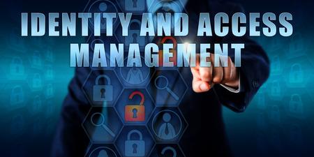 gerente de negocios está en contacto con identidades y accesos en una pantalla visual interactiva. Foto de archivo