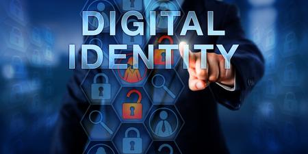 administrador de sistemas de la empresa está impulsando la identidad digital en una pantalla táctil visual. Foto de archivo