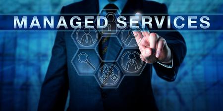 Samiec konsultant biznesowy dotyka USŁUG MANAGED, wirtualnego interaktywnego interfejsu sterowania. Pojęcie technologii informacyjnej i metafora biznesowa dla outsourcingu odpowiedzialności za zarządzanie.