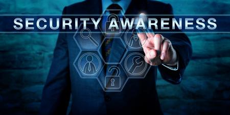 consultor de la industria está presionando a la conciencia de seguridad en una interfaz de pantalla táctil interactiva. Información concepto de tecnología tanto para ordenador o ciber seguridad y protección de los activos físicos. Foto de archivo