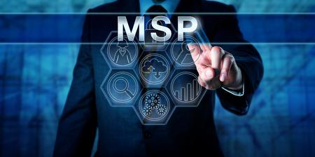 Corporate manager duwt MSP op een interactief touch screen display. Bedrijfs metafoor en informatietechnologie concept voor een managed service provider te helpen bij de migratie naar de cloud.