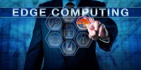 Bedrijfs persoon raakt EDGE computing op een interactieve virtuele bedieningsdisplay. Informatietechnologie metafoor en business concept voor resource-intensieve gedistribueerde computing-diensten.