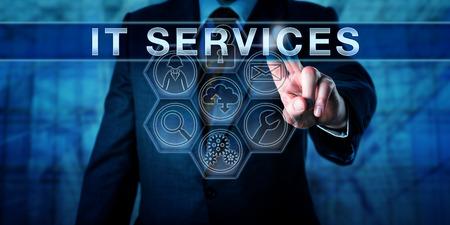 エンジニアは、インタラクティブなタッチ スクリーンの IT サービスを押しています。メタファーと情報技術概念ビジネス IT サービスの提供にワー