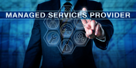 Broker prasowanie dostawcy usług zarządzania na interaktywnym interfejsem wirtualnym ekranie dotykowym. Pojęcie outsourcingu IT i biznesu metaforą dostawców zarządzanych integracji B2B i usług w chmurze. Zdjęcie Seryjne