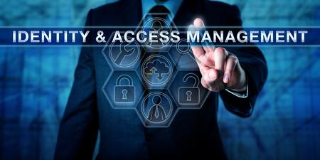 Responsabile spingendo IDENTITY & Access Management su un touch screen interattivo virtuale. Metafora di affari e la procedura di sicurezza concetto di computer per la tecnologia che consente l'accesso agli utenti autenticati. Archivio Fotografico