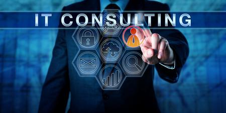 gerente corporativo empuja consultoría de TI en una interfaz de pantalla táctil interactiva. metáfora de negocios y el concepto de tecnología de la información para los servicios de consulta relativos a la planificación de la estrategia de Internet.