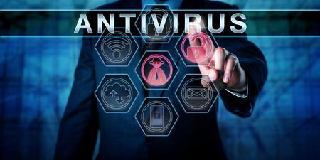 企業のセキュリティ マネージャーは、仮想対話型コントロールの画面にウイルス対策を進めています。ビジネス リスク概念とコンピューターのセキ