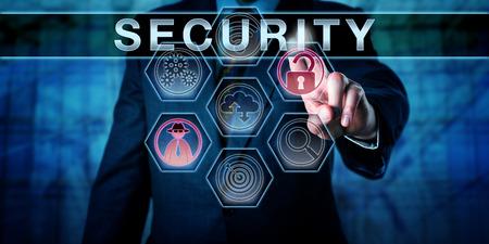 Männlich Firmenadministrator ist rührend SECURITY auf einer interaktiven virtuellen Kontrollanzeige. Das Geschäftsrisiko Metapher und Informationstechnologie-Konzept für die physische Sicherheit und Computer-Sicherheit.