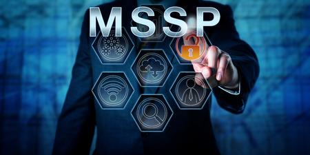 administrador de empresas: administrador de la red corporativa masculina está en contacto con MSSP en una pantalla interactiva de control virtual. Modelo de negocio metáfora y el concepto de tecnología de la información para el proveedor de servicios gestionados de seguridad. Foto de archivo