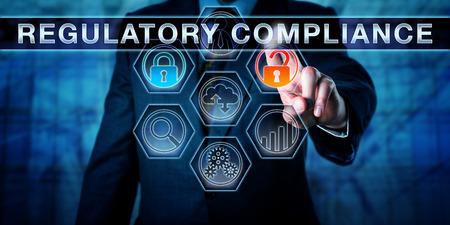 Director de Gobierno está presionando conformidad reglamentaria en un monitor de pantalla táctil interactiva. Concepto de negocio y la metáfora proceso de gestión del riesgo de cumplimiento para cumplir con las regulaciones de seguridad.