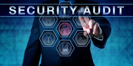Corporate IT Manager drängen SECURITY AUDIT auf einem interaktiven virtuellen Touch-Screen-Monitor. Business-Herausforderung Metapher und Informationssicherheitskonzept für Suche nach Schwachstellen und Netzwerkanalyse. Standard-Bild - 60963082