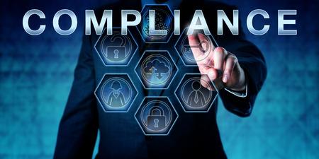 Männlich Betriebsprüfer berührt den Begriff COMPLIANCE auf einer interaktiven virtuellen Kontrollbildschirm. Business-Herausforderung Metapher und Corporate Standardkonzept für die Erfüllung regulatorischer Anforderungen. Standard-Bild - 60968969
