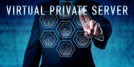 administrador de empresas: Administrador del servidor privado virtual pulsando en un monitor de control interactivo. metáfora de negocios y el concepto de seguridad de la red informática de una máquina virtual con licencia de un servicio de alojamiento.