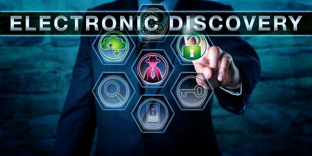 Investigador empujando el descubrimiento electrónico en una pantalla. Un icono de hacker de sombrero negro es iluminación en color morado. Un candado abierto verde significa el acceso autorizado a los datos de pruebas. Concepto de medicina forense digital.
