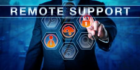 Männlich Unternehmens-IT-Techniker drückt REMOTE SUPPORT auf einem interaktiven Touchscreen-Monitor. Business-Metapher und Informationstechnologie-Konzept für Desktop-Sharing mit einem entfernten IT-Helpdesk.