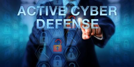 agent de sécurité: agent de sécurité informatique est en contact ACTIVE CYBER DEFENSE sur un écran virtuel interactif. Informations concept de la technologie et de la métaphore de la sécurité pour la doctrine de grève de retour, et les opérations de préemption.
