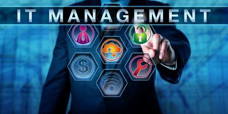 Dirigeant d'entreprise est en contact IT MANAGEMENT sur un écran virtuel interactif. métaphore d'affaires pour la gestion de la technologie de l'information, impliquant la gouvernance IT, le service informatique et la gestion financière.