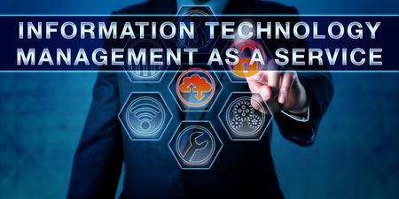 Corporate Manager sta spingendo GESTIONE INFORMATICA come un servizio su una interfaccia touch screen interattivo. Metafora di affari e di servizi gestiti concetto. Archivio Fotografico - 61131097