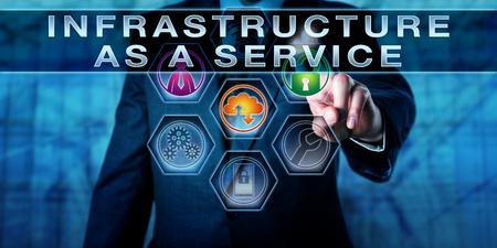 infraestructura: Administrador de tocar la infraestructura como servicio en un monitor de control interactivo. metáfora de tecnología de la información. La computación en nube y el concepto de infraestructura en la nube. Cierre de tiro torso del hombre en juego.