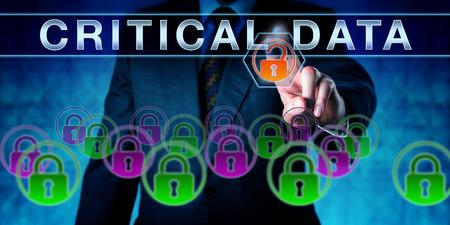 gobierno corporativo: gerente corporativo empujando los datos cr�ticos en una interfaz de pantalla t�ctil interactiva. met�fora de negocios para la gesti�n de la informaci�n. Concepto para el gobierno de datos, computaci�n inteligente y software de la empresa.