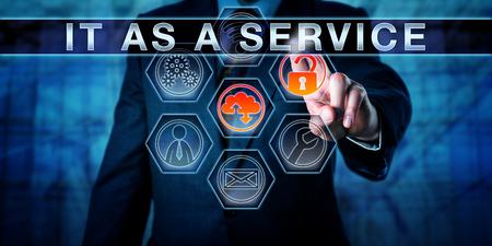 Geschäftsführer berührt IT als Service auf einer interaktiven Kontrollmonitor. Die Informationstechnologie-Konzept für die Wertschöpfung durch IT wie ein Business-Einheit Unternehmen ausgeführt wird. Nahansicht. Standard-Bild - 61131117