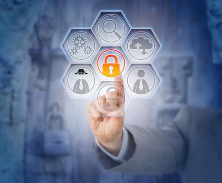 delito: La mano del hombre de negocios que toca cerr� el candado virtual para la prevenci�n del fraude. riesgos de Internet y el concepto de seguridad de los datos. met�fora legal para la infracci�n civil o criminal. accesorios met�licos cerrados con llave en el fondo.