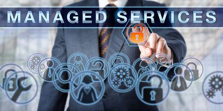 企業のマネージャーは、対話型の仮想画面の管理サービスを押します。企業 IT 戦略の一環としてのネットワーク セキュリティのアウトソーシングのためのビジネス メタファーと情報技術コンセプト。 写真素材 - 61131155