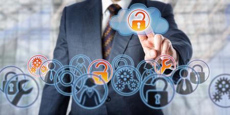 Hombre desbloquear el acceso a los servicios gestionados por el tacto. Concepto de tecnología de la información relativa a la estrategia de TI de la empresa, el control remoto, copia de seguridad de la nube, el almacenamiento, el acceso de datos móviles y la seguridad de la red. Foto de archivo