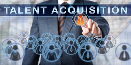 Rekruter naciska TALENT nabyciu w dniu interaktywnego wirtualnego ekranu. Koncepcja biznesowa z udziałem tymczasowego lub stałego zatrudnienia, wyzwaniami rekrutacji i zarządzania zasobami ludzkimi.