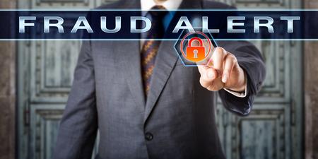 delito: inspector masculina tocar ALERTA DE FRAUDE en la pantalla táctil interactiva. Tecnología de la información y el concepto de delito. Un candado naranja roja virtuales se enciende como señal de advertencia de un engaño inminente.
