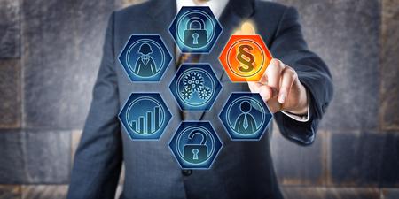 Maschio ufficiale di corporate governance sta attivando un segno sezione legale su uno schermo di controllo virtuale. Concetto di business per Governance, Risk Management, Compliance e, a breve GRC, e modellazione aziendale. Archivio Fotografico - 65459739