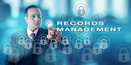 Direktor für Informationstechnologie mit ernstem Blick drückt einen Druckknopf Records Management zu nennen. Content-Management-Metapher und Business Administration Konzept für den öffentlichen und privaten Sektor.