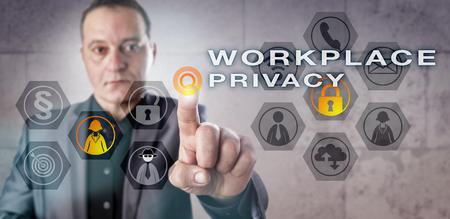 datos personales: empresario con experiencia en pantalla está monitoreando LUGAR DE TRABAJO DE PRIVACIDAD. Concepto de negocio para la vigilancia de correo electrónico de los empleados, teléfono e Internet interacciones y los requisitos legales de protección de datos personales.