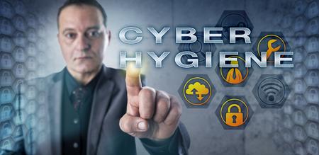 higiene: Madura usuario de la computadora corporativa está observando CYBER HIGIENE al interactuar con una pantalla virtual. Concepto de la tecnología para la responsabilidad de un individuo con respecto a la seguridad en Internet. Foto de archivo