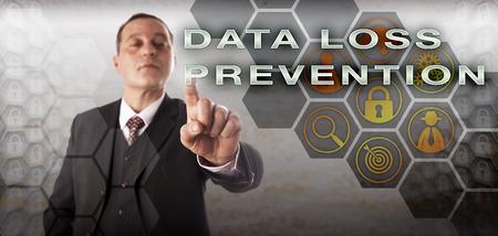 Hombre de negocios confidente que toca la PREVENCIÓN DE LA PÉRDIDA DE DATOS en un monitor de control. Concepto de tecnología de la información para seguridad de datos, bloqueo de datos confidenciales y detección de posibles infracciones de datos.