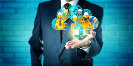 gerente de negocios irreconocible está alcanzando hacia adelante para ofrecer una nube gestionada virtual en la palma de la mano hacia arriba abierto orientado de la mano izquierda. Concepto de la tecnología de servicios gestionados y cloud computing. Foto de archivo