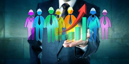 Geschäftsmann, der eine Gruppe von Arbeiter-Icons und ein exponentielles Wachstum Trendkurve in der offenen Handfläche der linken Hand hält. Konzept für multiethnischen Teamarbeit, Service-Lösung und Motivationsmanagement. Standard-Bild