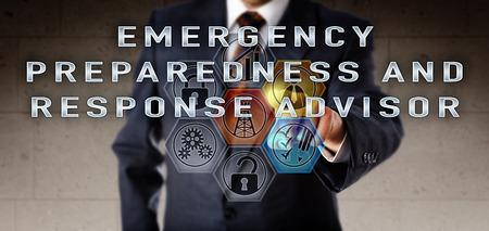Recruiter in blauw pak duwen rampenplannen ADVISEUR op een interactief scherm van de afstandsbediening. Olie- en gasindustrie baan concept voor het incident commando en risico management. Stockfoto