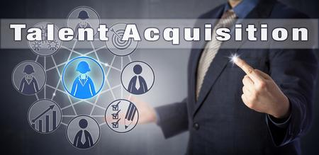 Mannelijke recruiter in blauw shirt initieert Talent Acquisition. Human resources management metafoor en bedrijfsconcept voor het vinden van medewerkers op de talentmarkt en het aantrekken van geselecteerde kandidaten.