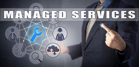 De mannelijke externe adviseur in blauw pak stelt een BEHEERD DIENSTENconcept voor. Informatietechnologie en zakelijke metafoor voor het uitbesteden van IT-functies aan externe dienstverlenende bedrijven.