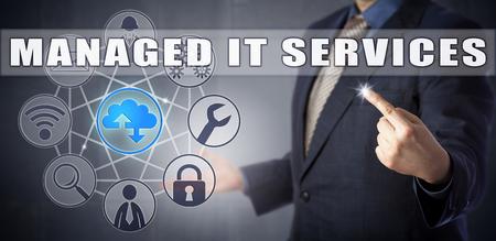 Männlicher Unternehmensberater im blauen Anzug, der eine MANAGED IT SERVICES Lösung vorstellt. Informationstechnologie-Konzept und Geschäftsprozesse Metapher für ausgelagerte Dienstleister, die IT-Anforderungen behandeln. Standard-Bild